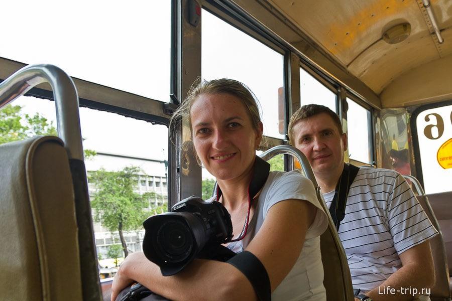Едем в рейсовом автобусе с открытыми окнами, где редко бывают туристы