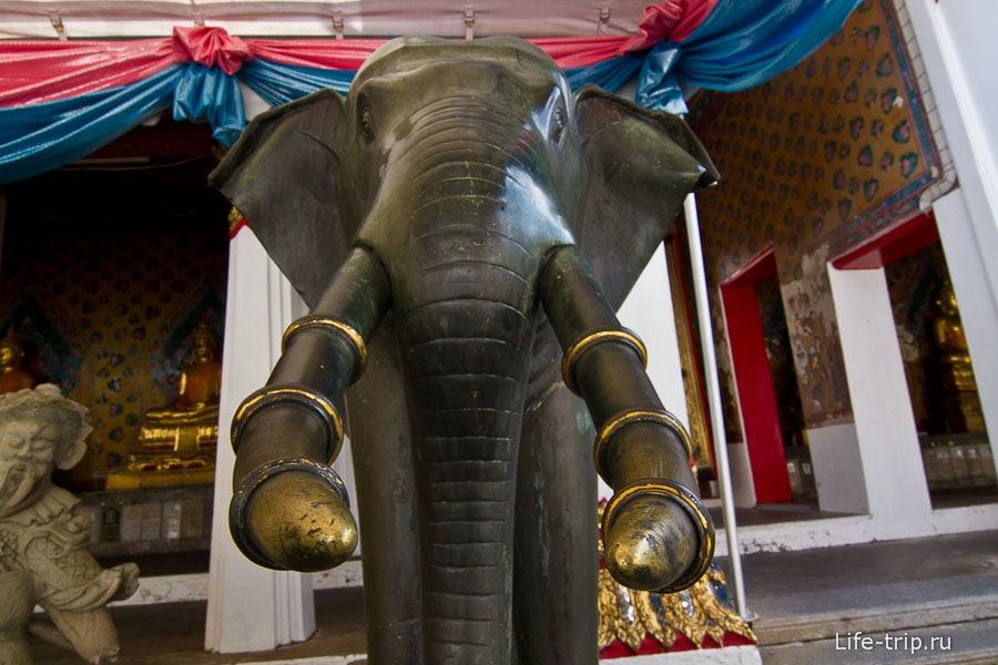 Фигуры слонов вокруг действующего храма