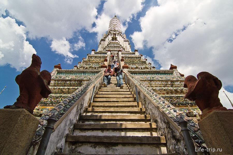 Крутая лестница на самый верх ступы