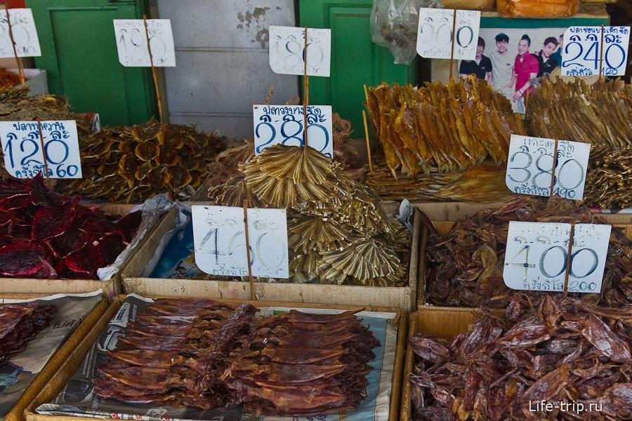 Около причала Tha Tien можно сушенной сладкой рыбки прикупить