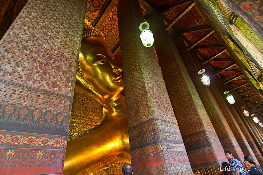 Будду целиком не обозреть, мешают колонны