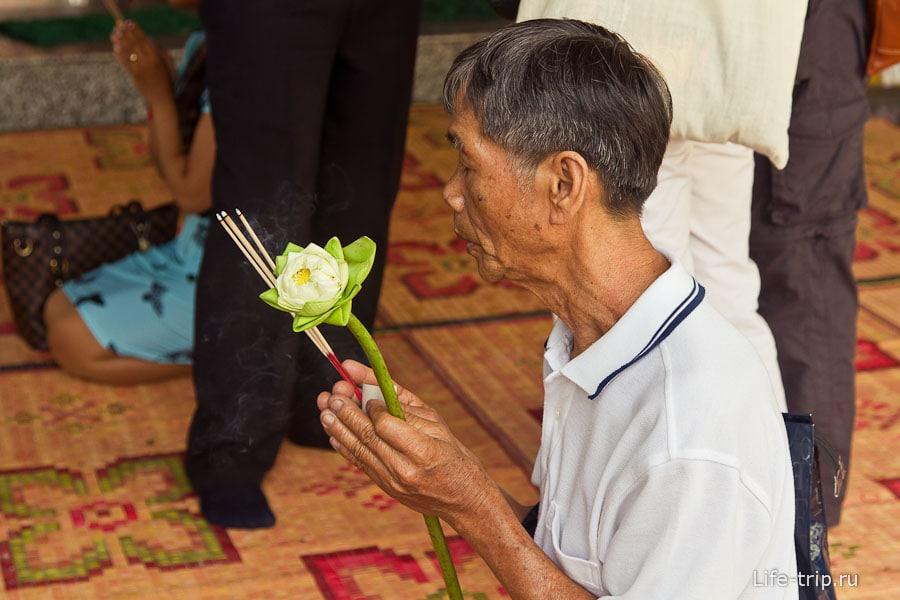 Молится и стар и млад