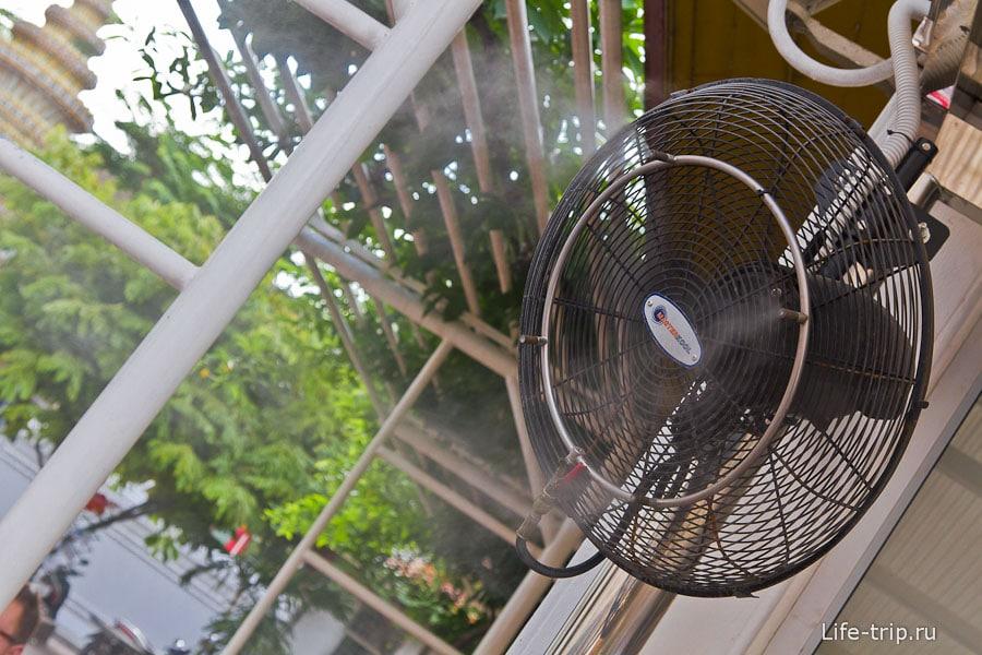 Освежающий и увлажняющий вентилятор около кассы