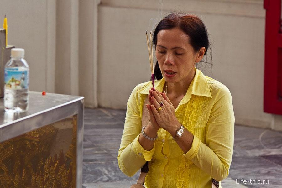 Проникновенно молится, реально и с эмоциями