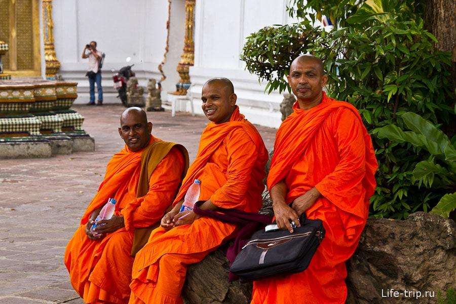 Монахи не против по фотографироваться