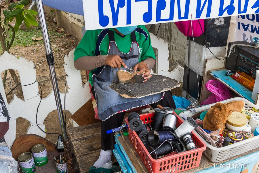 Обувная мастерская на открытом воздухе