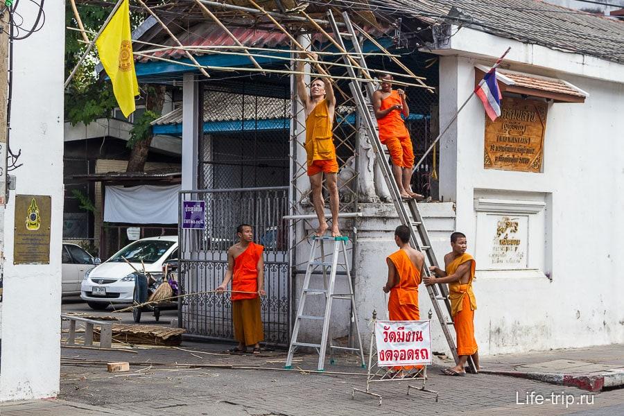 Пять монахов мастерит козырек у входа