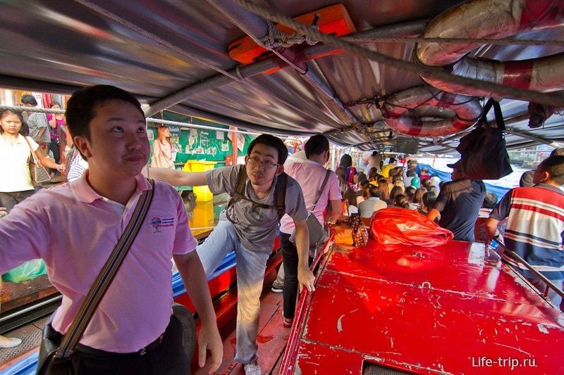 По середине лодки двигатель