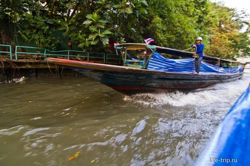 Встречные лодки обдают брызгами