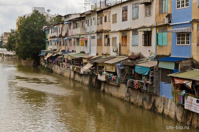 Дома стоят прямо на речном канале