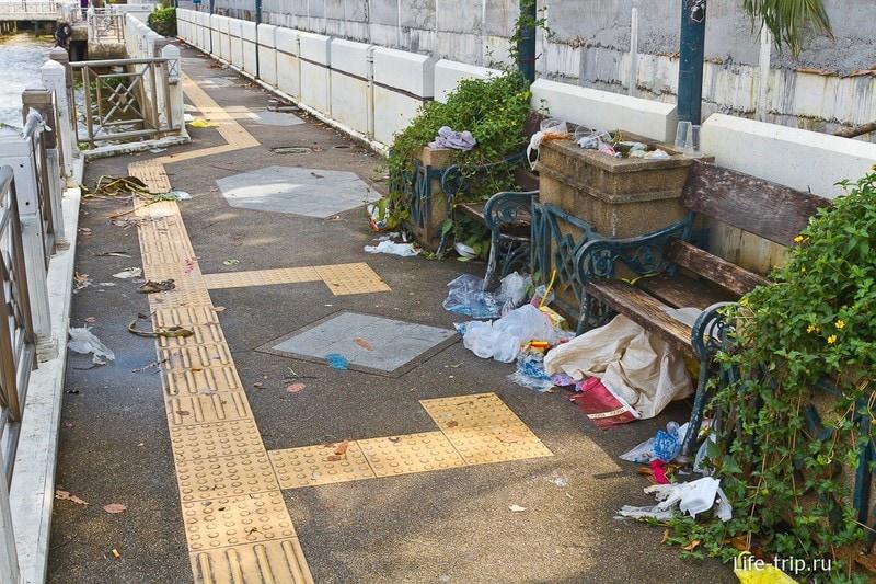 Иногда на набережной Чао Прайя бывает грязно