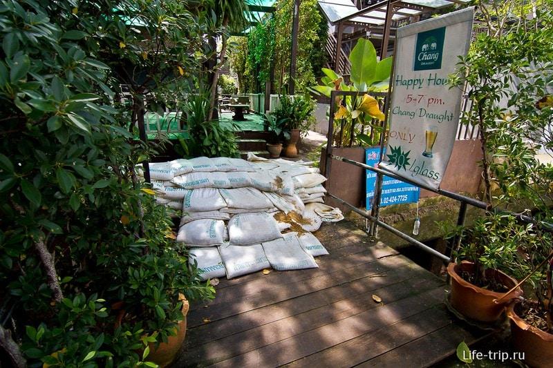 Мешки с песком остались после наводнения