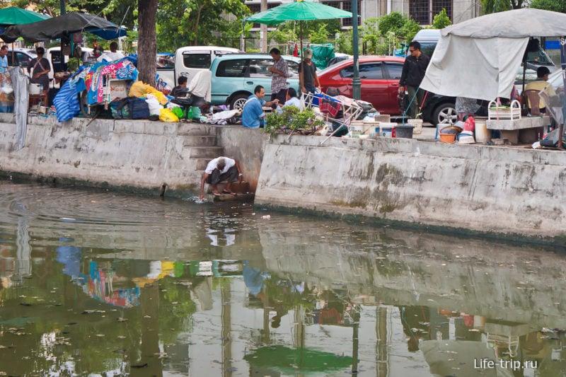 Некоторые каналы в Бангкоке никак не используются, ну только если помыться