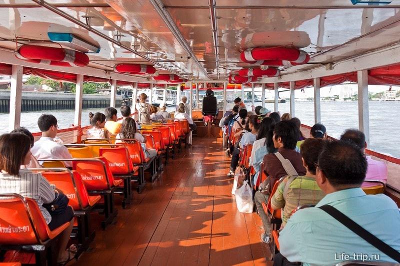 Внутри гораздо более просторно, чем в лодках, которые по клонгам плавают