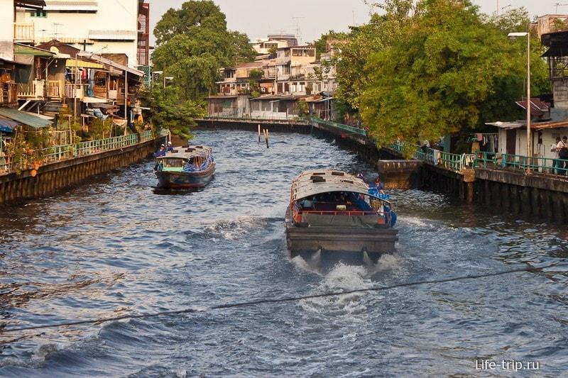 Речной канал около Ват Сакет