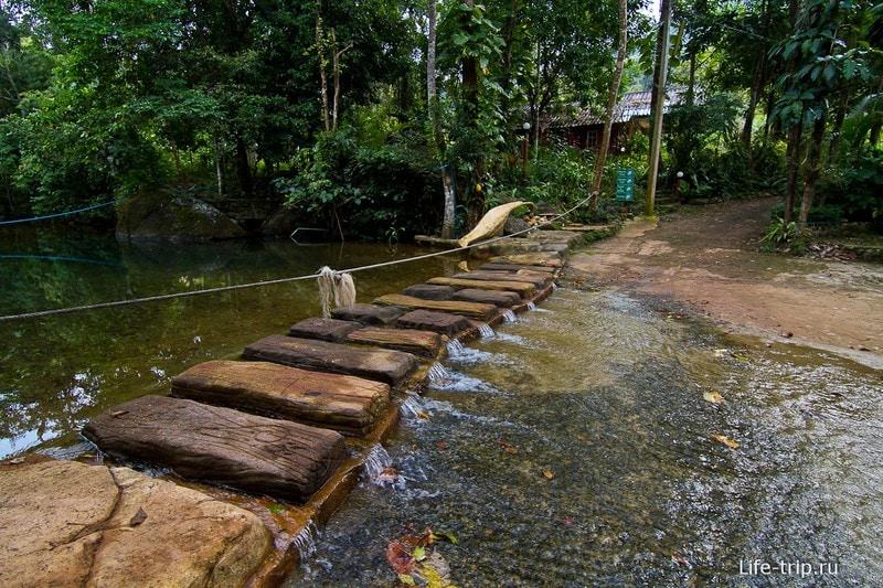 Когда нет дождем, река спокойно пересекается, за ней касса