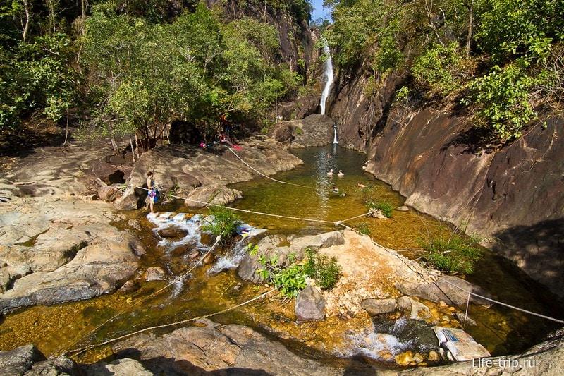 Вид на водопад Klong Plu и его чашу