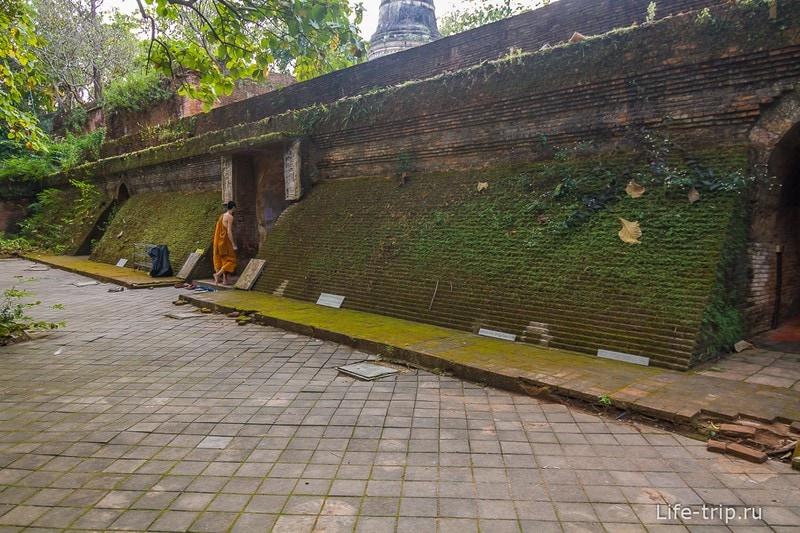 Туннельный храм Wat Umong (7)