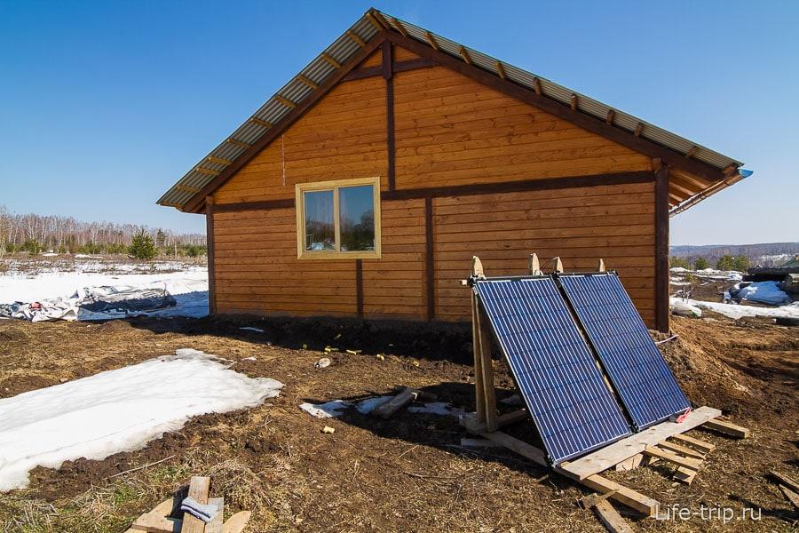 Две панели солнечных батарей - основной источник электроэнергии