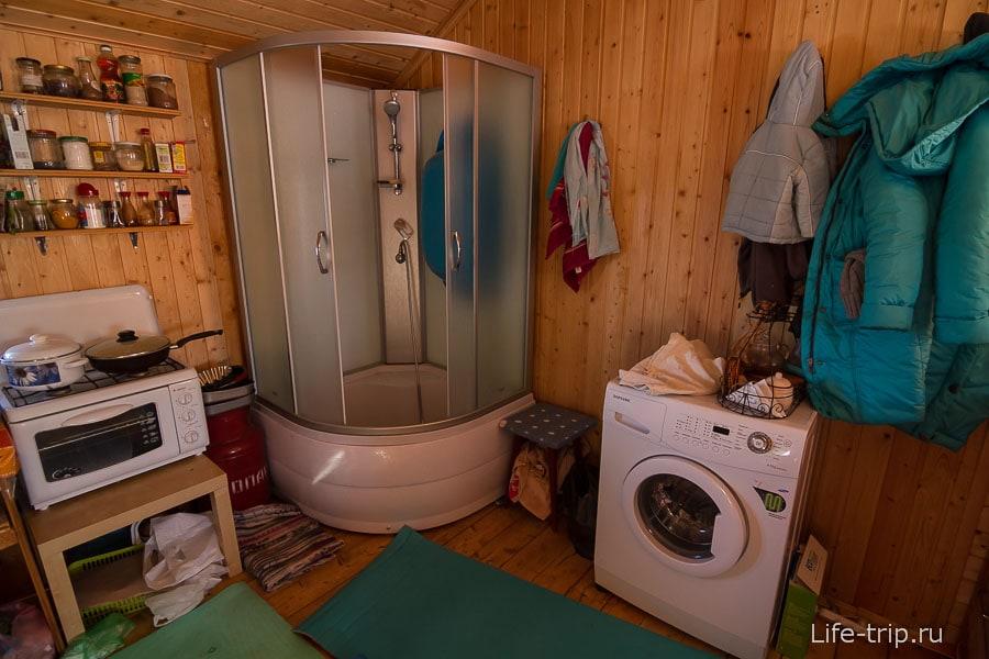 В душевой кабине только холодная вода, поэтому по старинке ведерко и ковшик