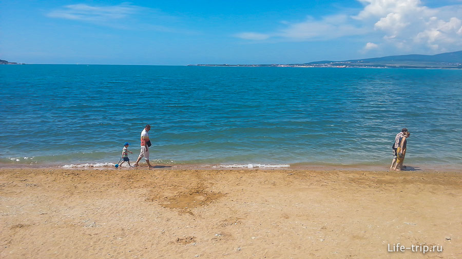 Пока еще относительно пустынное море в Геленджике