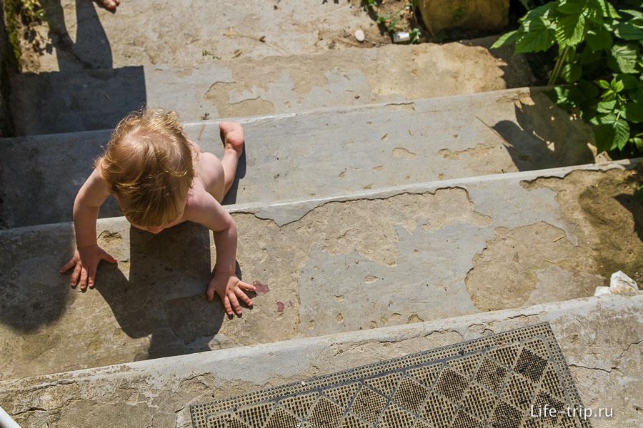 Один из любимых тренажеров Егора - бетонная лестница