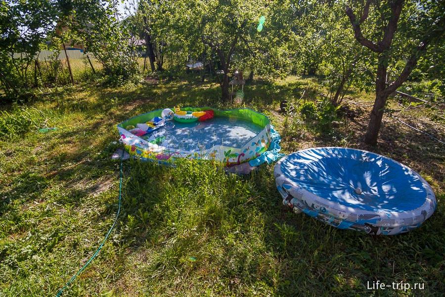 Еще тут есть бассейн, но Егор его игнорирует