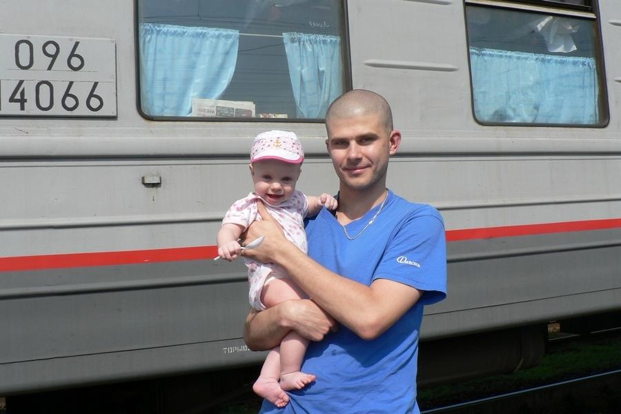 Прогулка во время стоянки поезда, дочке полгода