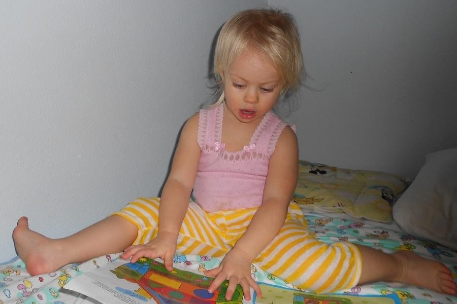 Книжка с наклейкам по прилету в Таиланд еще долго пользовалась популярностью у дочки