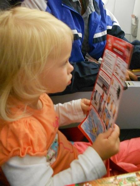 Дочка изучает план эвакуации