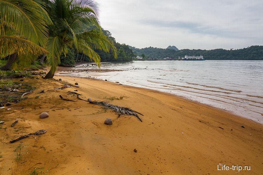 Пляж недалеко от паромного причала Center Point