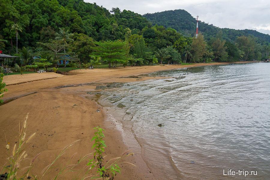 Пляж рядом с неиспользуемым причалом