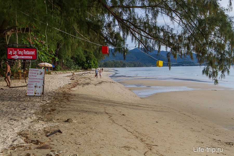 Пляж Klong Prao напротив указателя