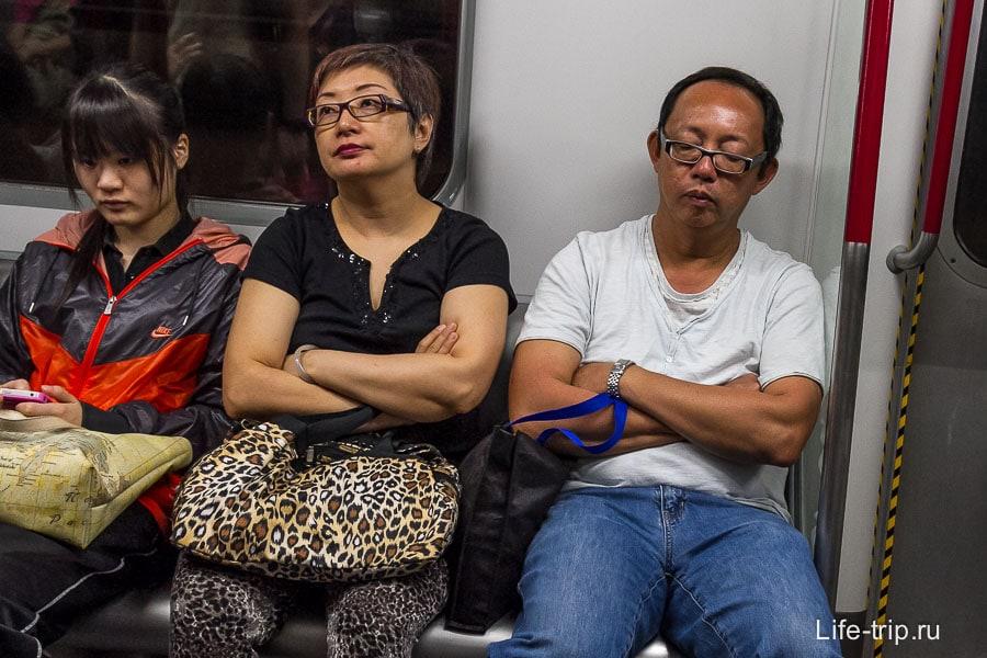 Как и у нас в метро, кто-то спит, кто-то в телефоне