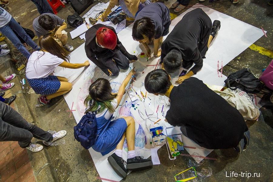 Молодежь что-то рисует