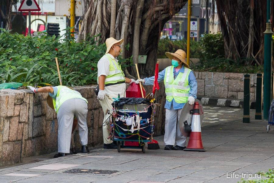 Уборщики в соломенных шляпах
