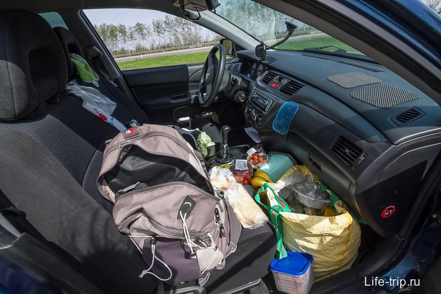 Машина небольшая, даже переднее сиденье было завалено