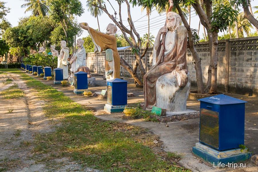 На задворках храма можно сделать очередные пожертвования каким-то дядькам