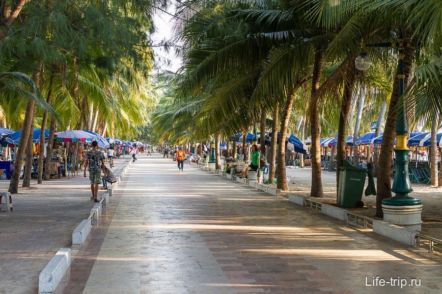 Аллея вдоль пляжа с многочисленными кафе