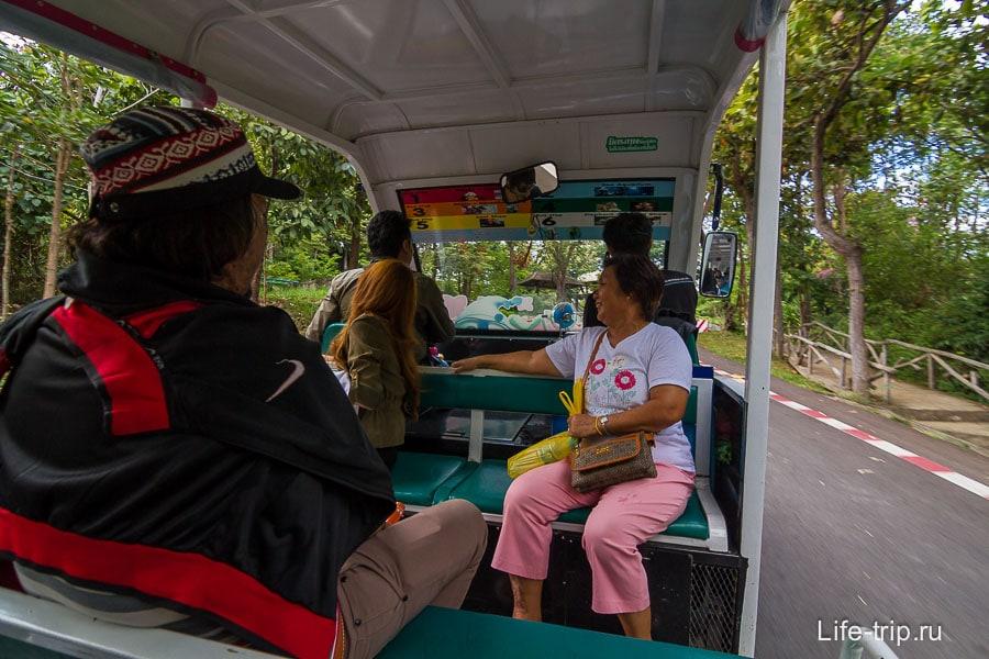 Водитель что-то очень интересно на тайском рассказывает, а я смотрю по сторонам