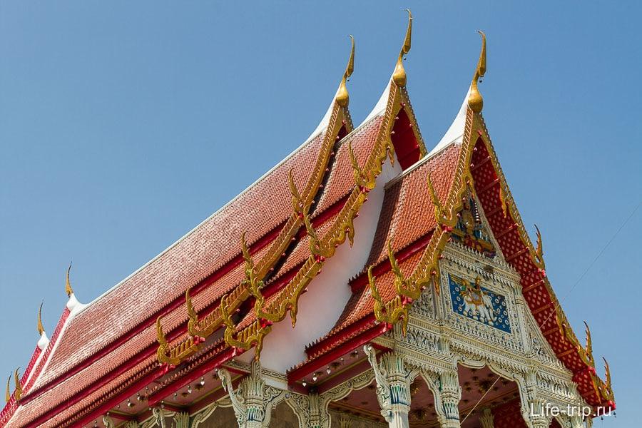 Типичная крыша тайского храма