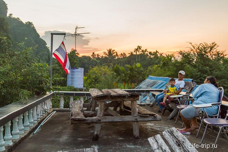 Тайцы уже сидят на стульях ждут зрелища