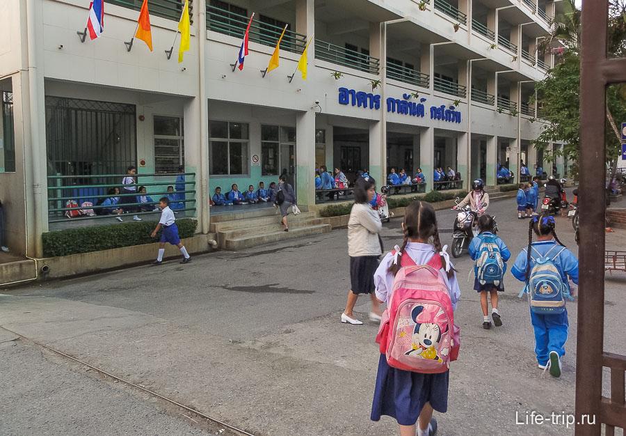 В тайских школах жесткие порядки, лучше идти в частную