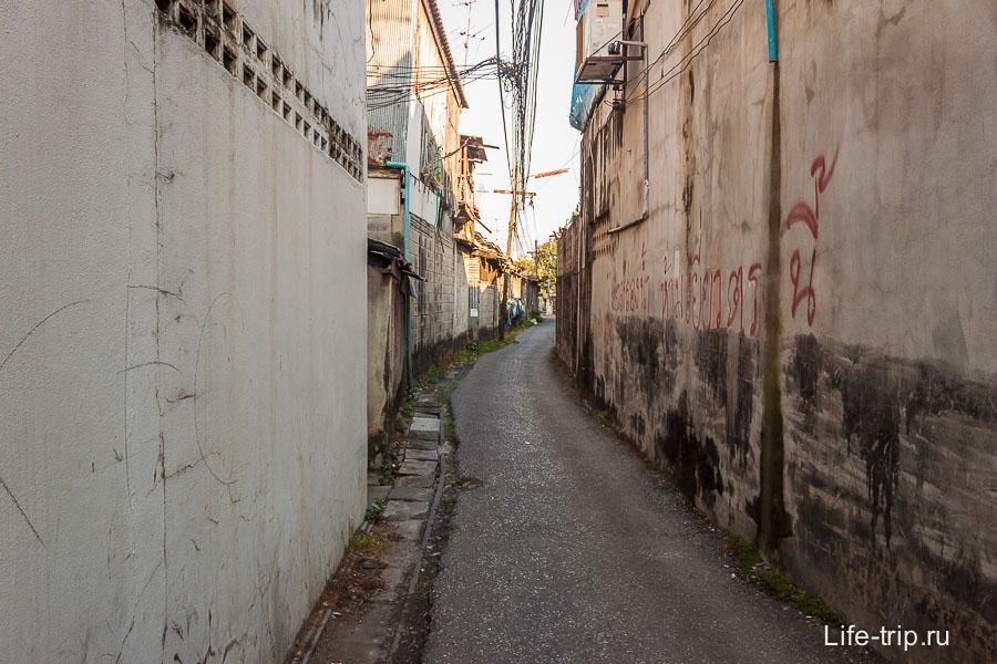 Довольно обшарпанная улица