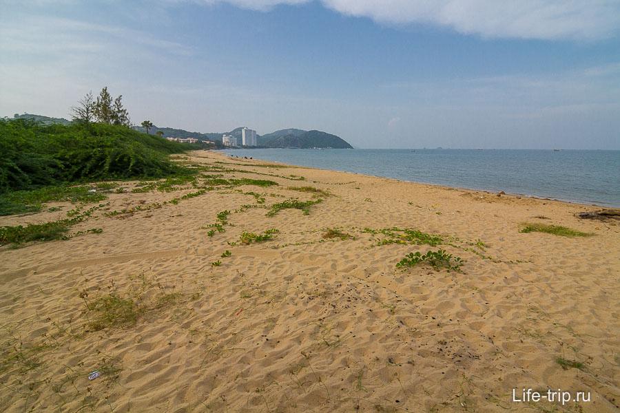 Прям перед въездом в парк песчаный пляж