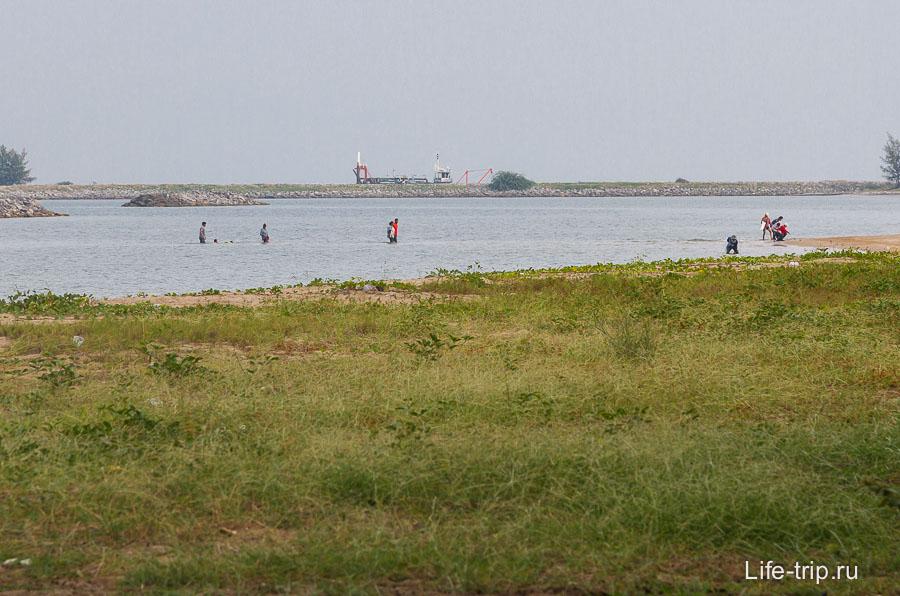 Мелко, и многие местные ходят вброд до искусственных островов