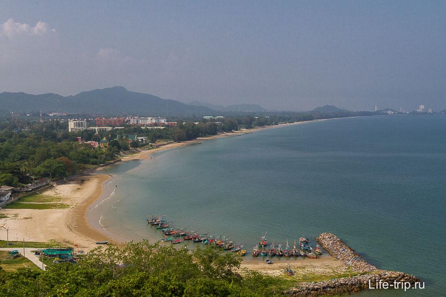 Отсюда отлично просматривается пляж Кхао Тао