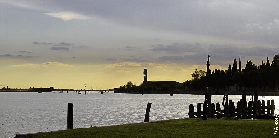 Закат на Бурано. Слева вдали видна Венеция.