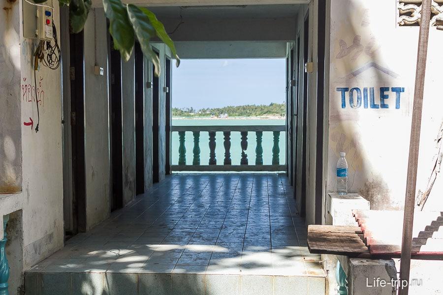 Туалет с видом на море
