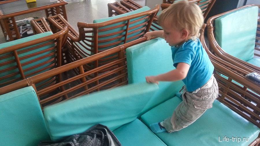 Детям есть чем заняться, например, дербанить подушки